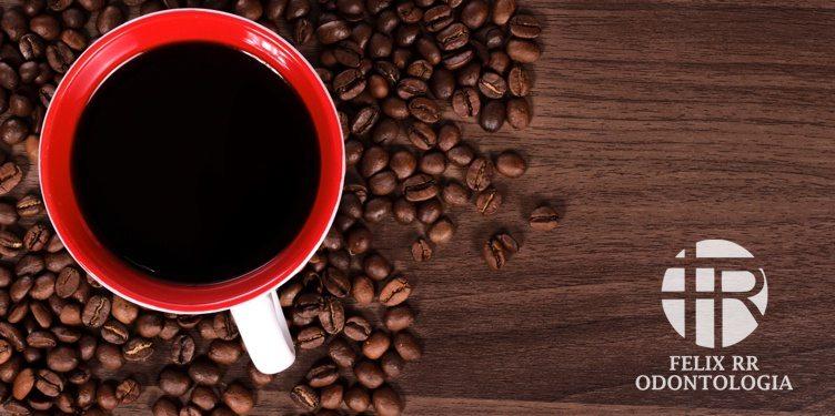VALE A PENA BEBER CAFÉ (MESMO ELE MANCHANDO OS DENTES)?